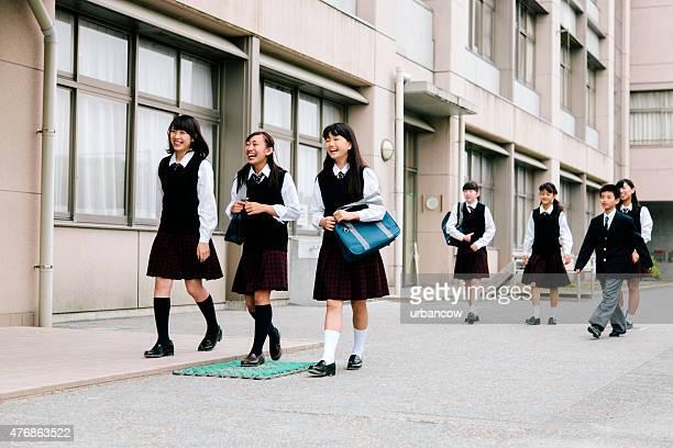 日本の高校ます。若い学生の外、建物の外装、ユニフォーム