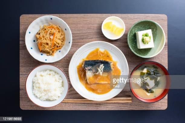 cocina casera japonesa, receta de miso de caballa - washoku fotografías e imágenes de stock