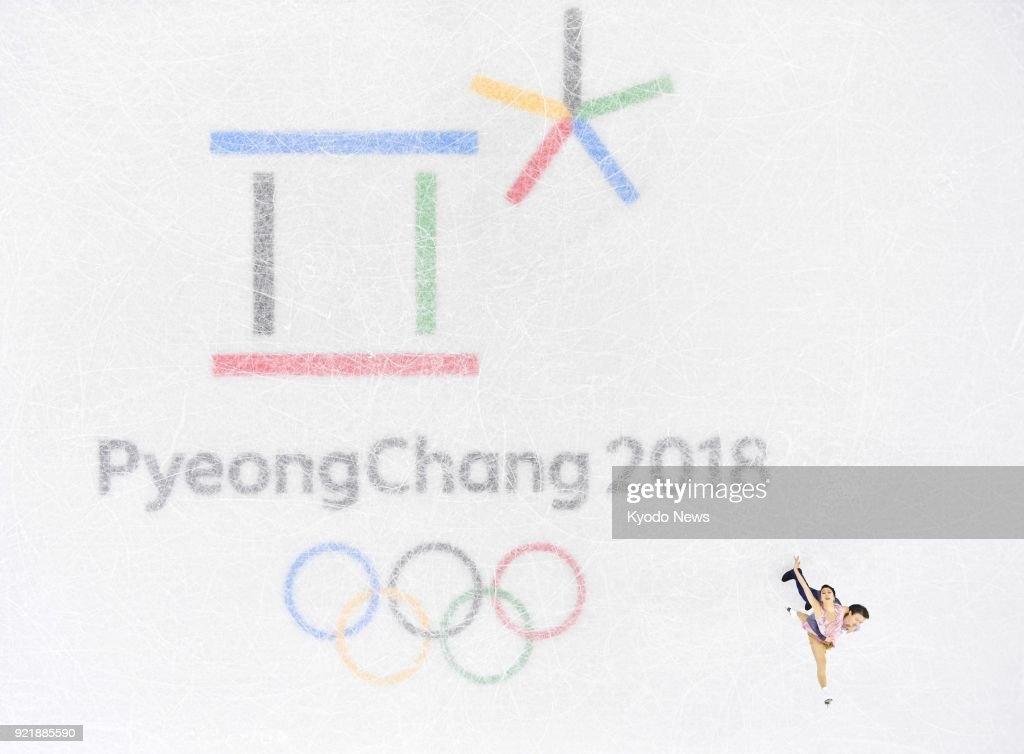Japanese ice dancing duo Kana Muramoto (top) and Chris Reed perform in the free dance in Gangneung, South Korea, at the Pyeongchang Winter Olympics on Feb. 20, 2018. ==Kyodo