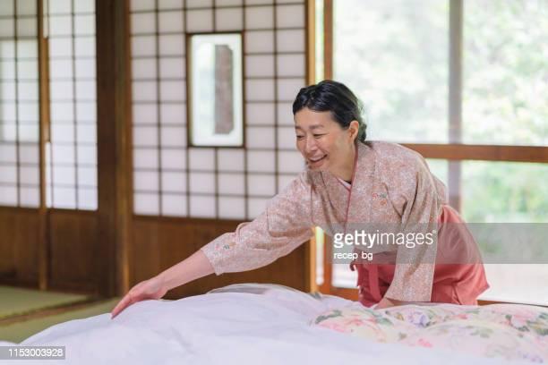 日本の旅館労働者片付け室 - ホテルマン ストックフォトと画像