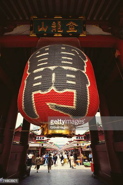 japanese lantern hanging on the gate at a temple, kaminarimon gate, asakusa kannon temple, asakusa, tokyo prefecture, japan - tempel stockfoto's en -beelden