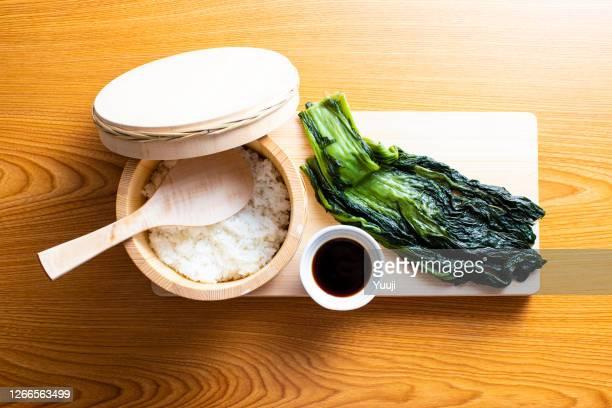 日本の郷土料理。高い菜の葉に包まれたおにぎりのレシピ。日本語(メハリ寿司) - 漬けた ストックフォトと画像