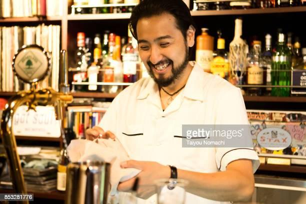 japanese male bartender - ビールサーバー ストックフォトと画像