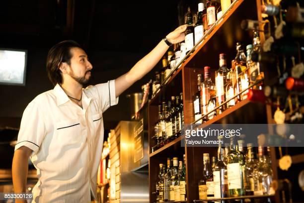 japanese male bartender - 半そで ストックフォトと画像