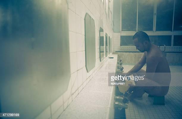 hombre en el baño japonés tradicional onsen - mirror steam fotografías e imágenes de stock