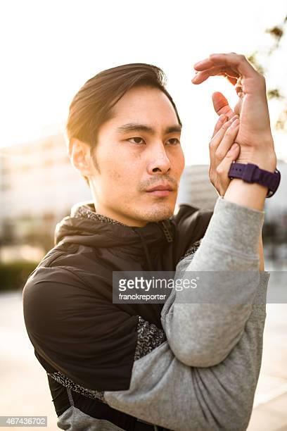 日本の男性に行うストレッチ、街へと腕