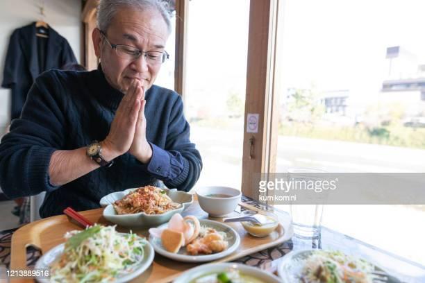 日本人男性はタイ料理を食べることを楽しむ - 60代 ストックフォトと画像