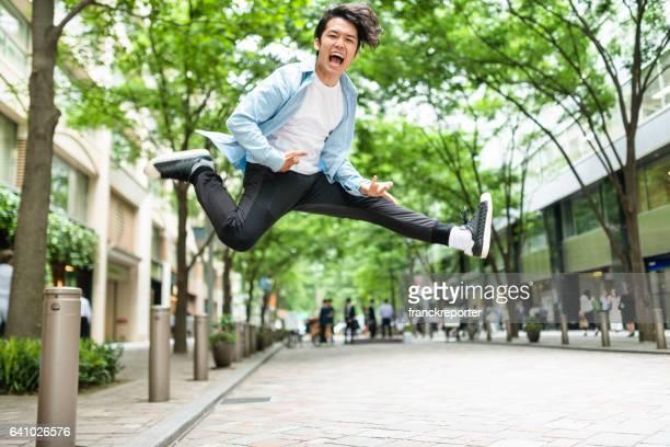 日本人の男性が路上でジャンプ