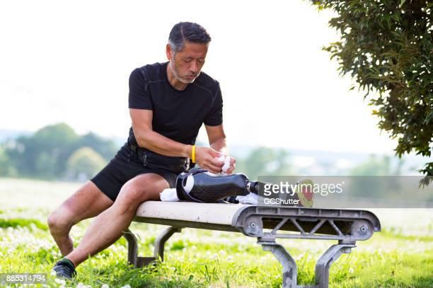 Japans man preapring zijn prothetische been voor de routinematige training