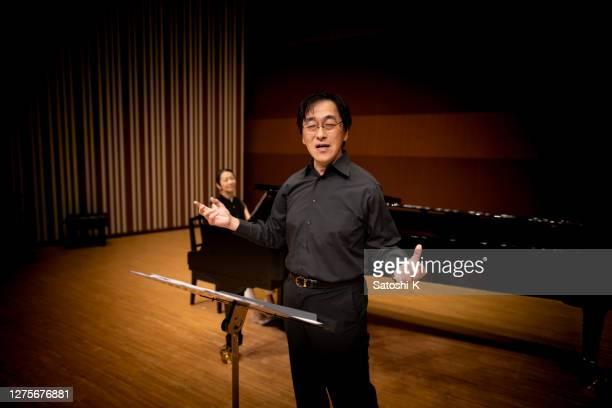 art d'homme japonais et concert classique - tranquil scene photos et images de collection