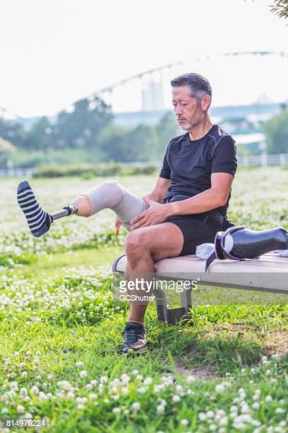 Japanse man die zich uitstrekt en doen van zijn controles voor zijn training