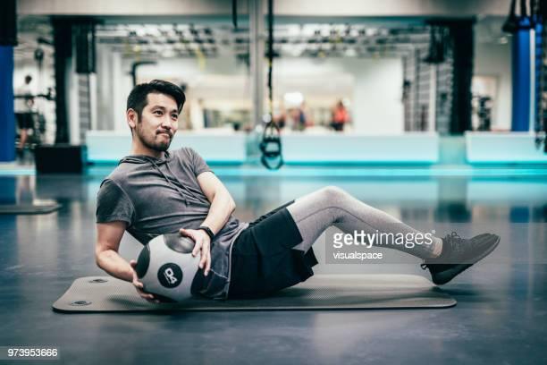 日本男は薬のボールで電車 - 練習 ストックフォトと画像