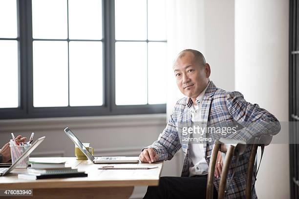 日本の男性とノートパソコンのポートレート