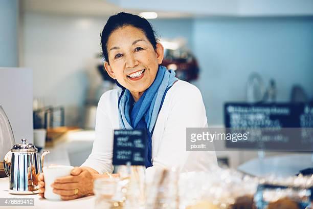 Japonais responsable dans un coffee shop