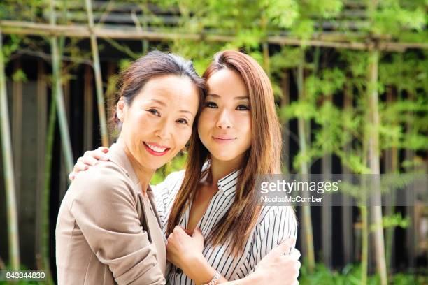日本の中高年母屋外ポートレート採用アダルト娘