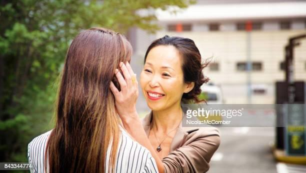 日本の熟母の駐車場で彼女の娘を歓迎します。