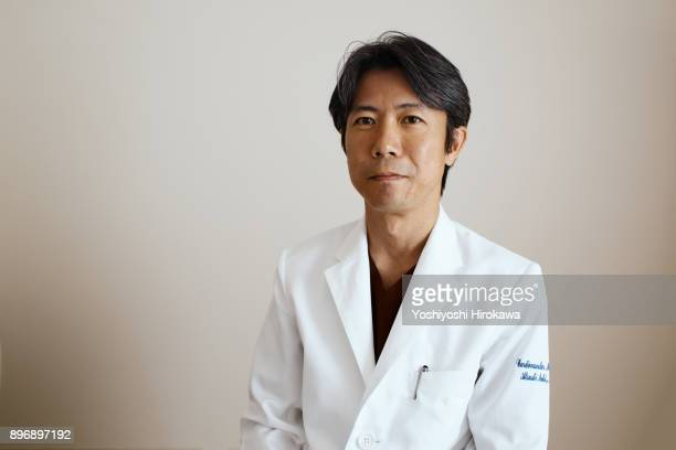 japanese medical system,trusted doctor's portrait - laborkittel stock-fotos und bilder