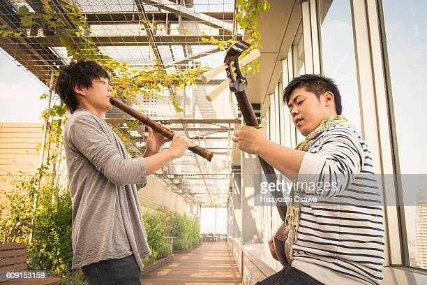japanese men playing the shamisen and the shakuhac - bamboo flute foto e immagini stock