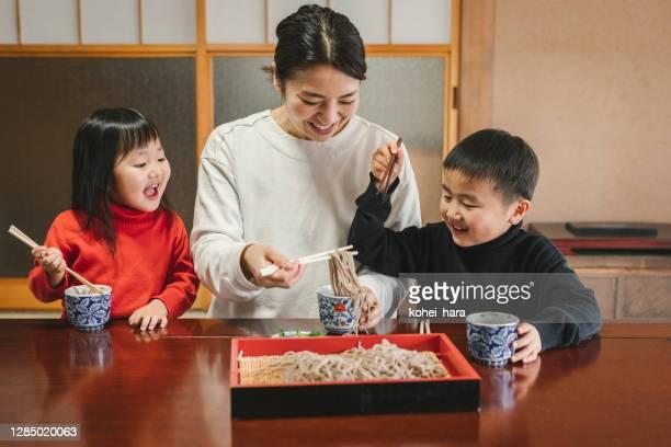 日本の部屋で和食そばと戸子を食べる日本人の母子 - 蕎麦 ストックフォトと画像