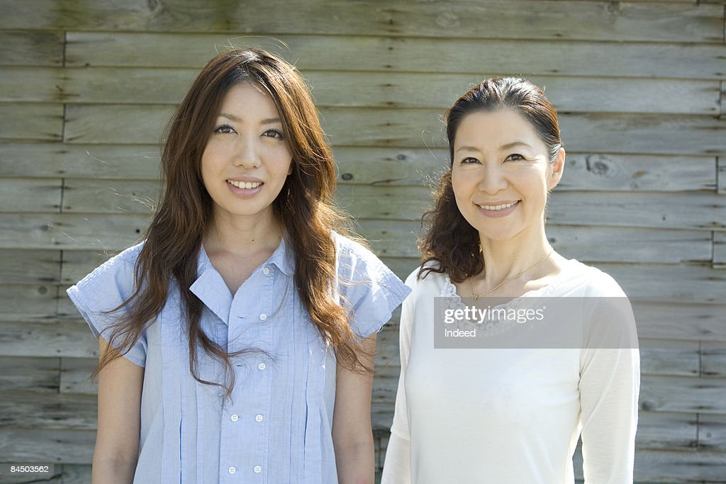 Japanese mother and daughter smiling, portrait : Stock-Foto