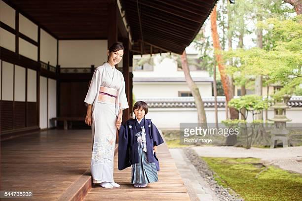 日本の母と息子のお祝い 七五三 寺院