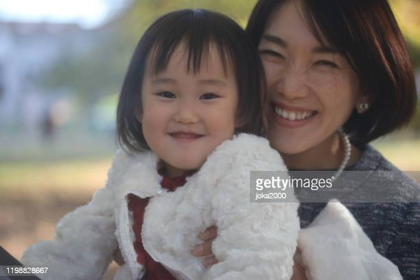 七ちで娘を抱く日本人の母親が祝いに行く - フォーマルウェア ストックフォトと画像