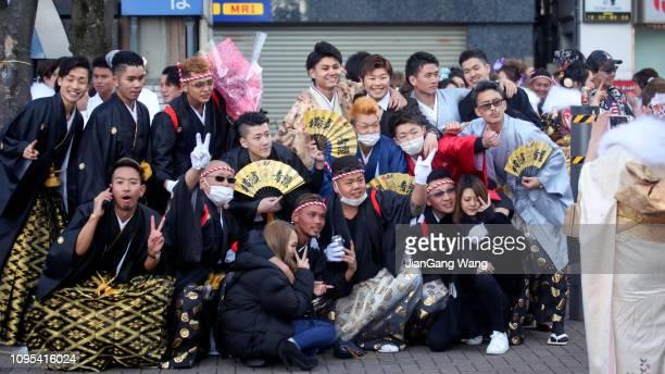 """los nuevos adultos japoneses que usaban kimonos en el """"día de la edad"""", también conocido como ' seijin no hi ' en la calle de yokohama - seijin no hi fotografías e imágenes de stock"""