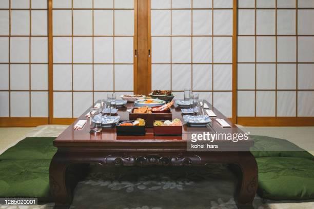 和室の食卓に置く日本の新年料理 - おせち料理 ストックフォトと画像