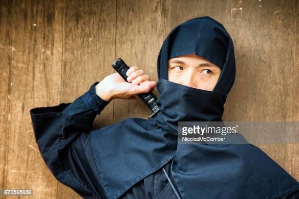 黒で日本の忍者衣装よそ見ストーカーのクローズ アップ