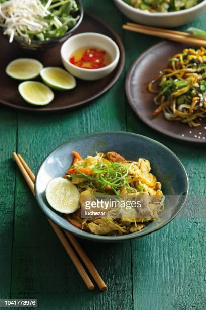 nouilles japonaises avec fruits de mer et légumes - yōshoku photos et images de collection