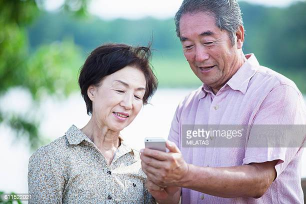 Japanese old man to operate the smartphone