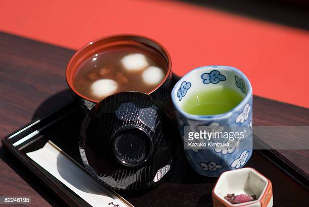japanese oshiruko and green tea - kazuko kimizuka stock pictures, royalty-free photos & images