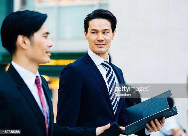屋外でのビジネスミーティング