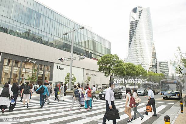 japanese people walking acoss crowded crosswalk at nagoya street intersection - 名古屋 ストックフォトと画像