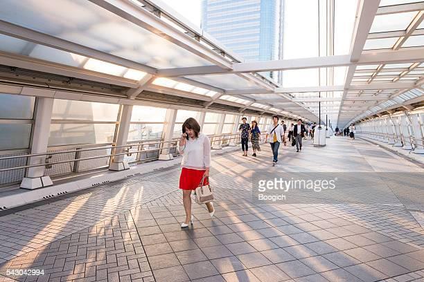 人々徒歩でお台場の歩道橋 テレポート 日本東京