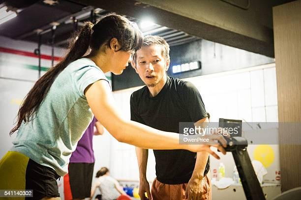 日本のパーソナルトレーナー、ローイングマシンクライアントをお手伝いします。