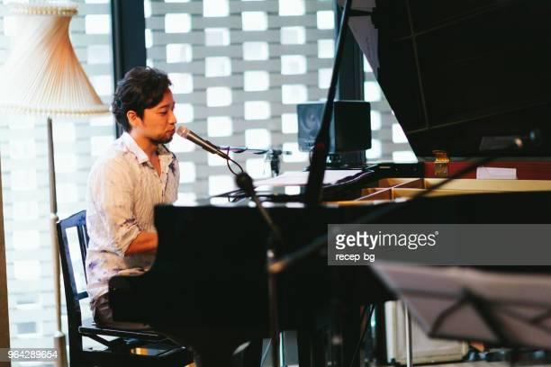 段階で実行する日本人ピアニスト - グランドピアノ ストックフォトと画像