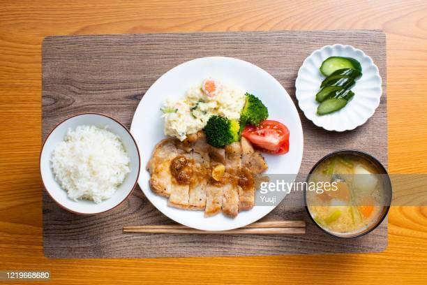 receta de sauté de cerdo japonés. hazlo con jengibre. - washoku fotografías e imágenes de stock
