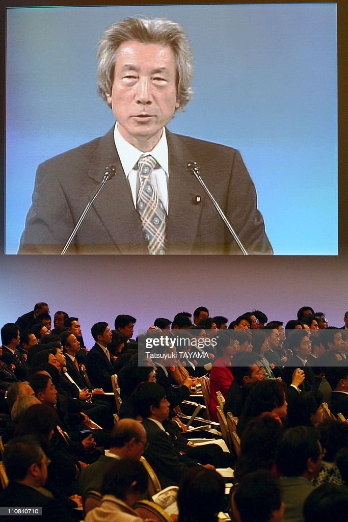 Japanese Prime Minister Junichiro Koizumi Attends A Ceremony To Mark The 50Th Anniversary Of The Foundation Of The Ruling Liberal Democratic Party In Tokyo, Japan On November 22, 2005. : ニュース写真