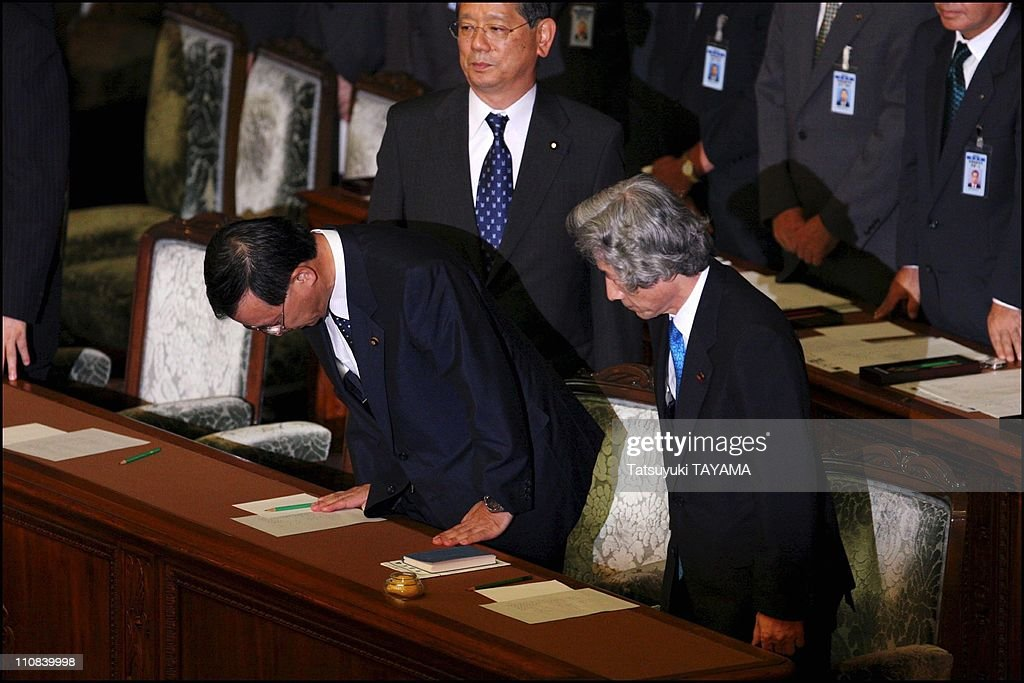 Japanese Prime Minister Junichiro Koizumi Dissolves Lower House After The Bill On The Privatization Of The Postal System Is Rejected In Tokyo, Japan On August 08, 2005. : ニュース写真