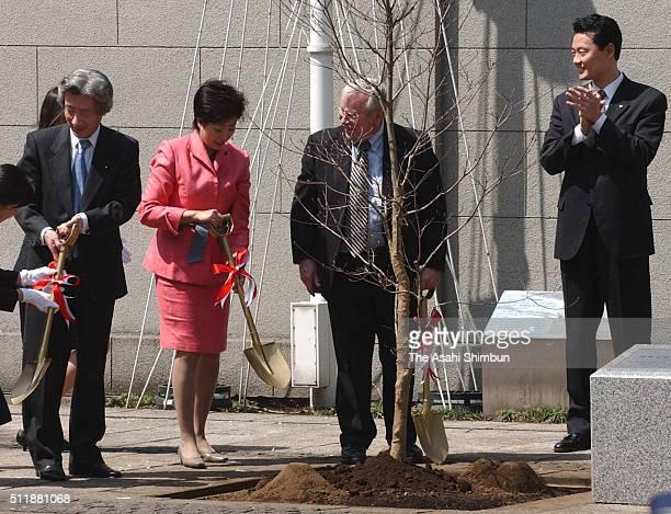 Japanese Prime Minister Junichiro Koizumi Environment Minister Yuriko Koike US Ambassador to Japan Howard baker and Yokohama City Mayor Hiroshi...
