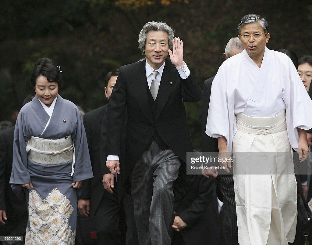 Japanese Prime Minister Junichiro Koizumi Visits The Ise Shrine : ニュース写真