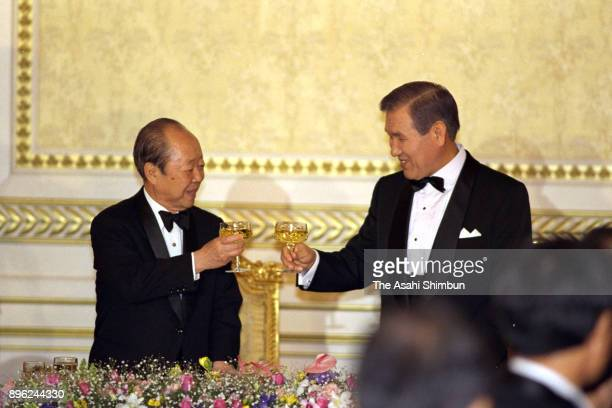 Japanese Prime Minister Kiichi Miyazawa and South Korean President Roh Taewoo toast glasses during the dinner at the Presidential Blue House on...