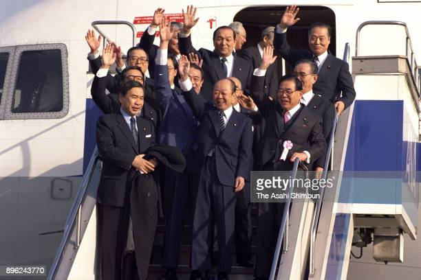 Japanese Prime Minister Kiichi Miyazawa waves on departure at Haneda Airport on January 16 1992 in Tokyo Japan