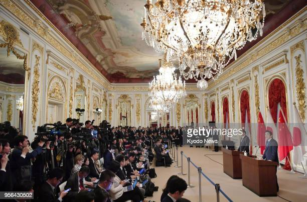 Japanese Prime Minister Shinzo Abe and Chinese Premier Li Keqiang hold a press conference following their talks at the Akasaka Palace state...