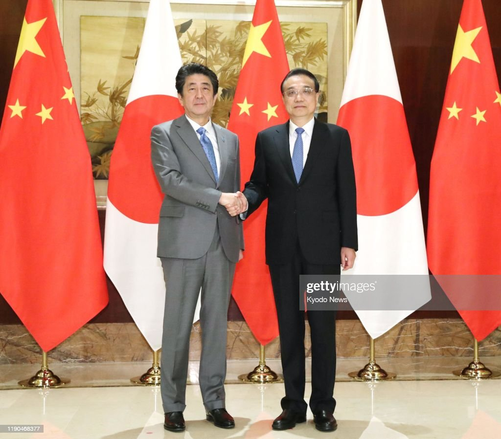 ¿Cuánto mide Li Keqiang? - Altura - Real height Japanese-prime-minister-shinzo-abe-and-chinese-premier-li-keqiang-picture-id1190468377