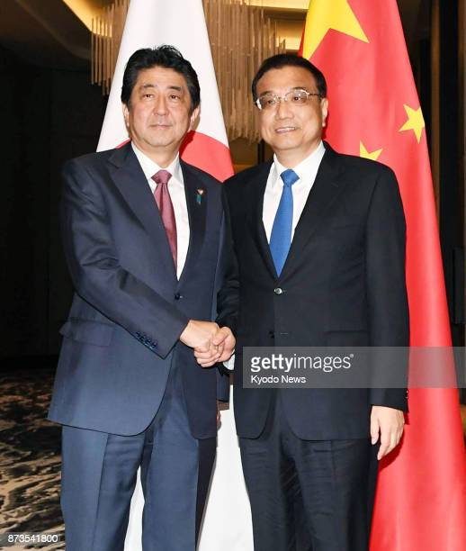 Japanese Prime Minister Shinzo Abe shakes hands with Chinese Premier Li Keqiang ahead of their meeting in Manila on Nov 13 2017 ==Kyodo