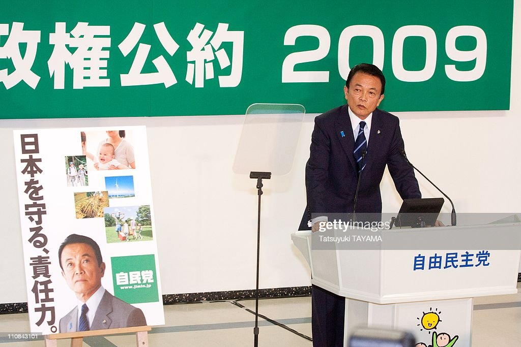 Japanese Prime Minister Taro Aso Announces His Party'S Manifesto For The General Election In Tokyo, Japan On July 31, 2009. : ニュース写真