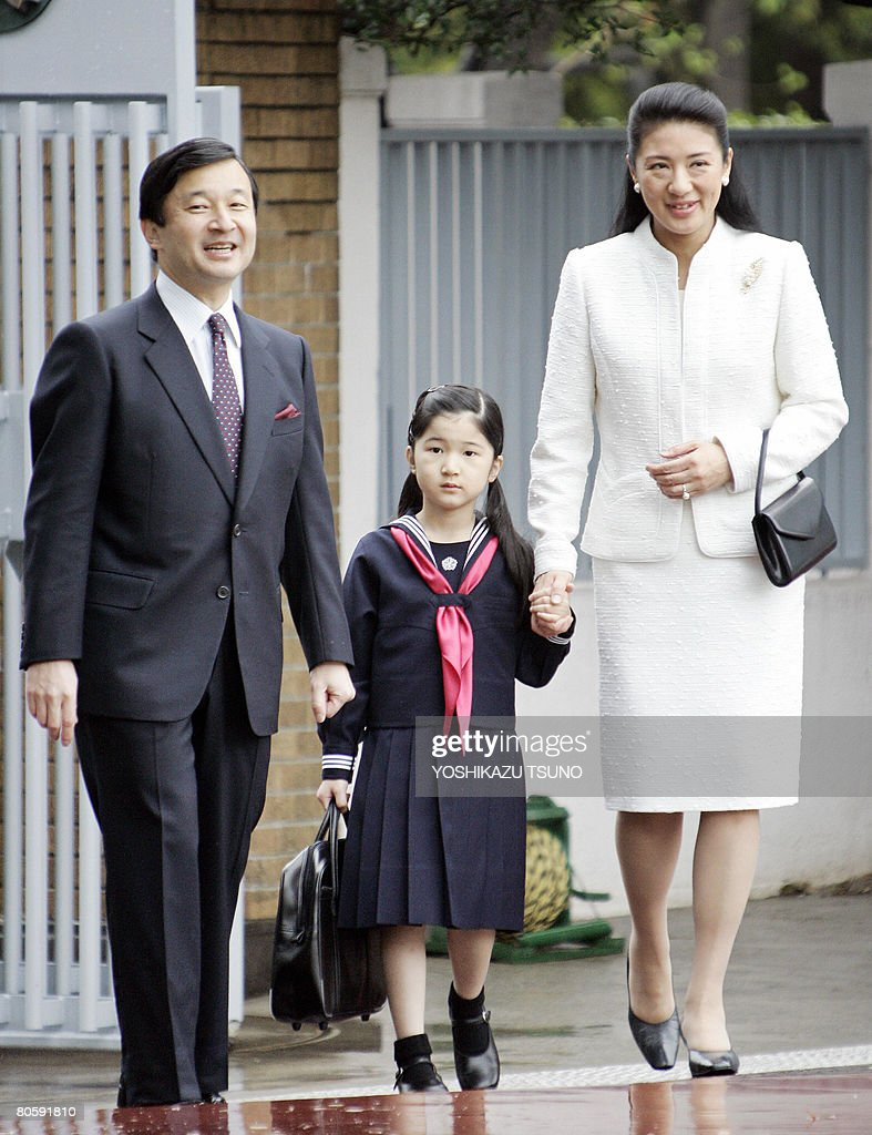 Japanese Princess Aiko (C) walks with her parents Crown Prince Naruhito (L) and Crown Princess Masako (R) as she enters the Gakushuin elementary school in Tokyo on April 10, 2008. AFP PHOTO / POOL / Yoshikazu TSUNO