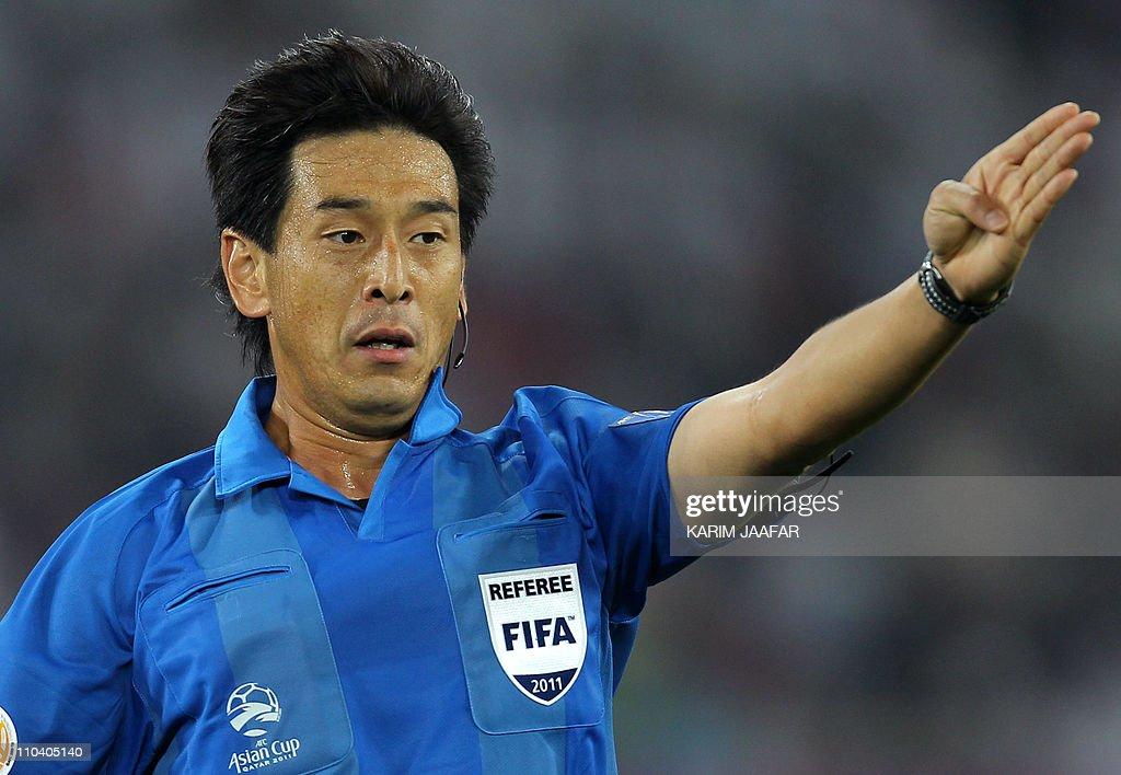 Japanese referee Yuichi Nishimura gestur : News Photo